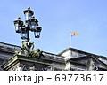 バッキンガム宮殿にはためく英国女王旗 69773617