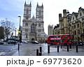 ウェストミンスター寺院西エントランスとロンドンバス 69773620