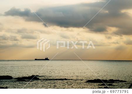房総半島 館山から見る夕焼け空と船 69773791