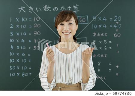 算数の授業をする女性教師 オンライン授業 69774330