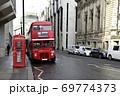 ロンドンの赤い二階建てバスと電話BOX 69774373