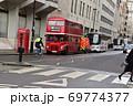 ロンドンの赤い二階建てバスと電話BOX 69774377