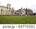 パーラメント・スクエア・ガーデンのチャーチル像の先に英国の官庁街 69774381