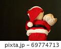 赤い サンタクロース 黒バック 後姿  69774713