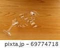テーブル 壊れた ガラス シャンパングラス 69774718