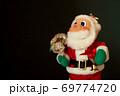 赤い サンタクロース 黒バック  69774720