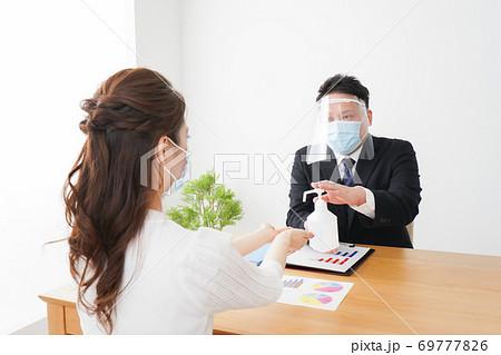 感染症予防のために手の消毒をするビジネスパーソン 69777826