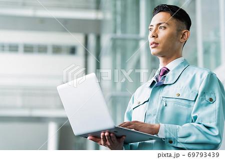 ビジネス 建築 建設 不動産 ビジネスマン 男性 69793439