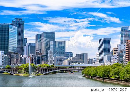 《大阪府》大川沿いの街並み・夏空の都市風景 69794297