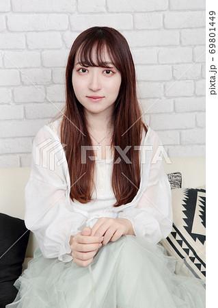 若い女性 ヘアスタイル 69801449
