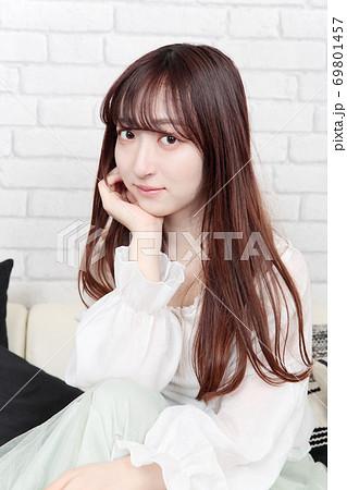若い女性 ヘアスタイル 69801457