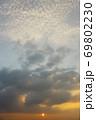 広大な空とダイナミックな雲と夕日 69802230