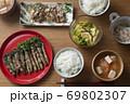 菜の花の豚肉巻きがメインの食卓 69802307