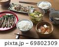 菜の花の豚肉巻きがメインの食卓 69802309