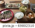 菜の花の豚肉巻きがメインの食卓 69802310