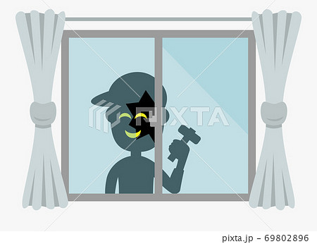 窓を割って建物に侵入しようとする泥棒のイメージ 69802896