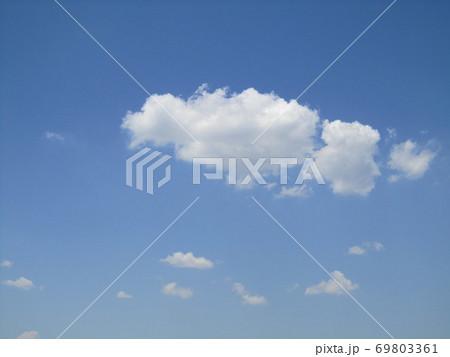 飛行船のような白い雲 69803361