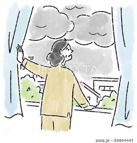 曇り 女性 ミドルエイジ 窓 水彩 手描き 69804445