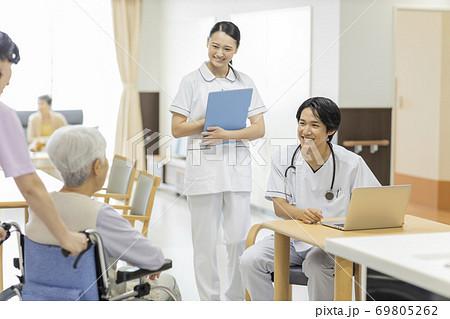 介護施設で診察をする医師 老人ホーム 69805262