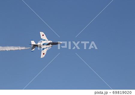 ブルーインパルス5番機のフォーポイントロール 単独機 69819020