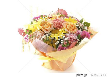 色々な花が集まってできたカラフルな花束(白背景) 69820755