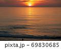 日の出海景と釣り人【玉田サンビーチ】 69830685