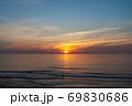 日の出海景と釣り人【玉田サンビーチ】 69830686
