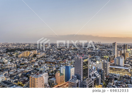 東京都世田谷区から見た夕方の東京の都市景観 69832033