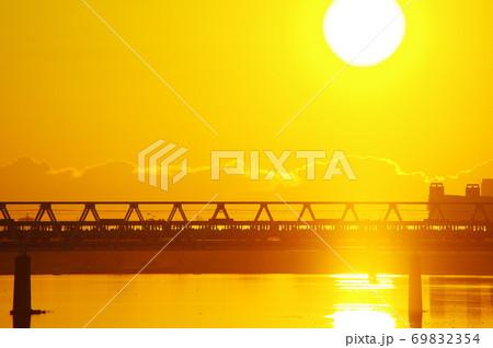 朝焼けと多摩川橋梁を通過する京王線 69832354