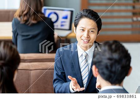 ビジネスマン、商談 69833861