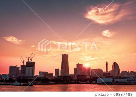 【神奈川県 横浜市】みなとみらいの夕暮れと都市風景 69837488