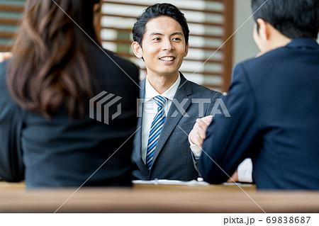 ビジネスマン、ミーティング 69838687