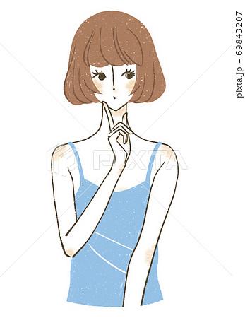 人差し指を顎に当てるボブヘアの女性 69843207