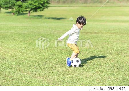 サッカーボールで遊ぶ男の子 69844495
