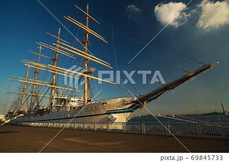 夕映えの名古屋港に接岸する帆船日本丸 69845733