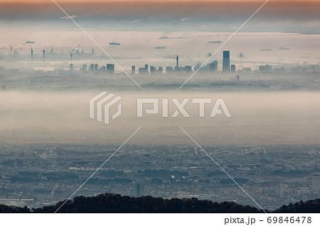 丹沢・塔ノ岳から見る夜明けのみなとみらいのビル群 69846478