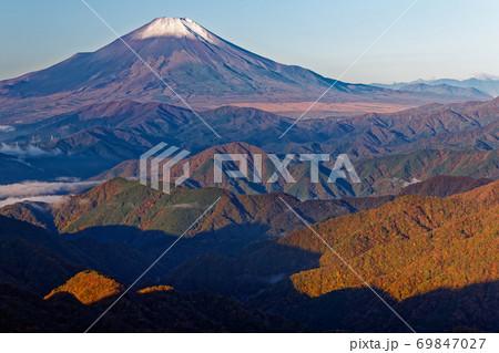 晩秋の丹沢・塔ノ岳から見る朝の富士山と紅葉の山並み 69847027
