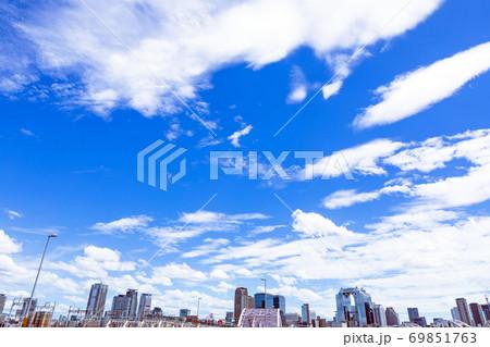 【大阪】十三大橋から梅田のビル群を望む風景 69851763