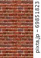 縦長サイズの茶色い赤レンガの壁紙。シームレスパターン素材 69851823