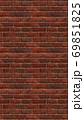 縦長サイズの茶色い赤レンガの壁紙。シームレスパターン素材 69851825