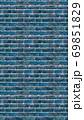 縦長サイズの青色のレンガの壁紙。シームレスパターン素材 69851829