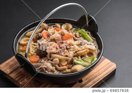 冬の定番料理 豚汁 69857636