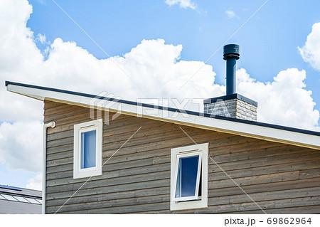 煙突のある片流れ屋根住宅 69862964
