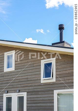 煙突のある片流れ屋根住宅 69862965