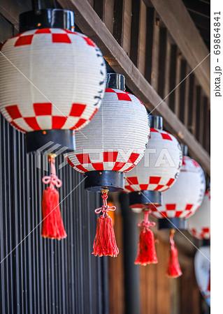 吊り提灯が並ぶ日本家屋の店先 69864841