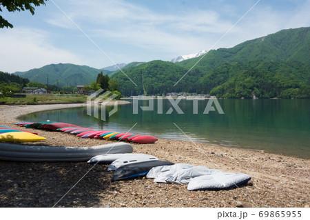 長野大町の青木湖の湖畔にあるカラフルなボートと北アルプスの雪山 69865955