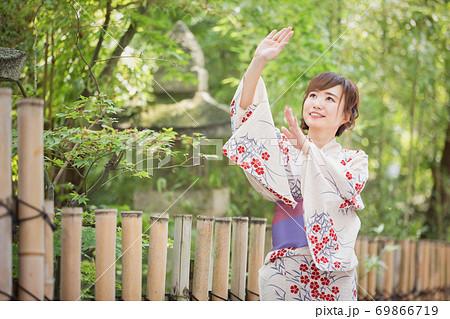 盆踊りする女性 69866719