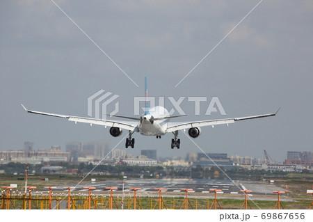 上海虹橋国際空港へ着陸する飛行機 69867656