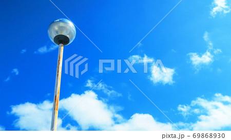 埼玉県川口市のシマホの屋上駐車場の灯りと青空の風景 69868930