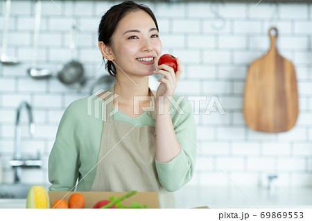 キッチンに立つかわいい女性 69869553